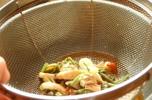 きのこを煮たあと、5~10分ほどさまし、煮汁をといたご飯に混ぜます