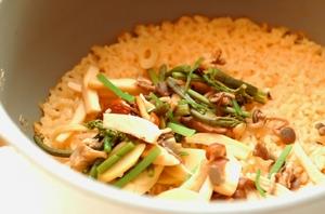 炊きあがったら、先ほどのきのこ・山菜を入れかき混ぜないで蓋をし、そのまま10分ほど待ちます