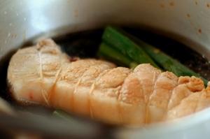 タレとネギ、水200mlを入れ45分ほど煮込みます