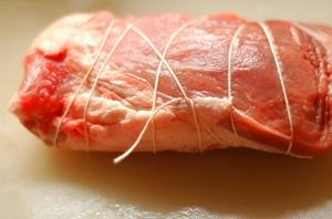 豚肉モモブロック約500gをタコ糸で縛ります