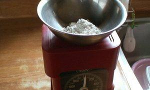 小麦粉20g(二人分)を用意します。