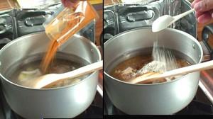 付属のカレー粉を入れます。お好みで小麦粉を