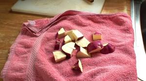 油で揚げる前に、タオルで水分を吸い取ります。