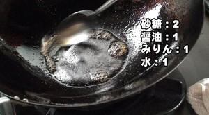 揚げ終わったら、そのままその中華鍋を利用して、タレを作ります。